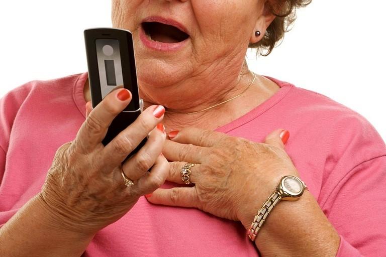 Пожилые-люди-чаще-всего-становятся-жертвами-мошенников
